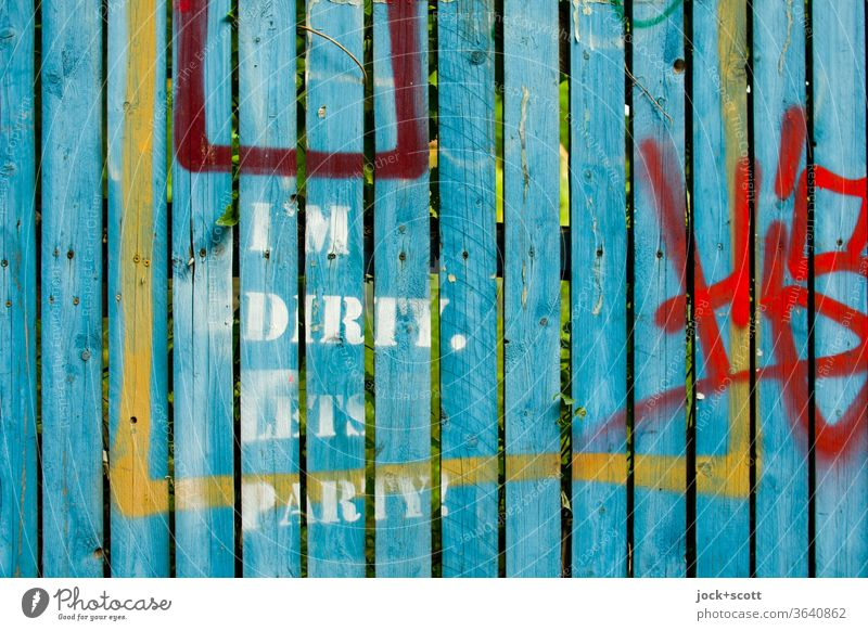 I'm Dirty. Lets Party!  (Corona-Party) Straßenkunst Schablonenschrift schmutzig Spalte Graffiti Spray Tags Aussage trashig Jugendkultur Kreativität Subkultur