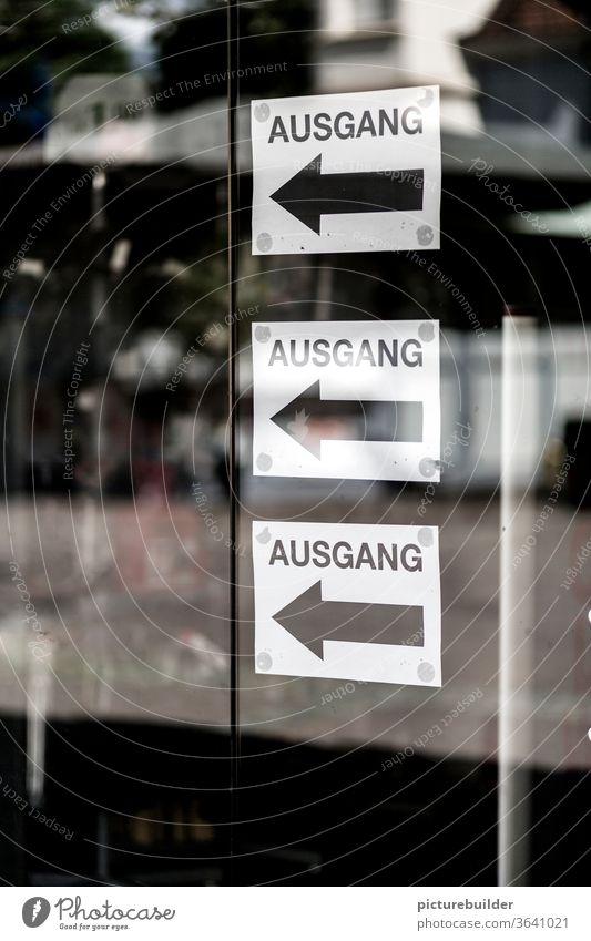 drei Ausgang Schilder Tür Glasscheibe Glastür Reflexion & Spiegelung Pfeil schwarz weiß Farbfoto Zeichen Richtung Schilder & Markierungen Hinweisschild