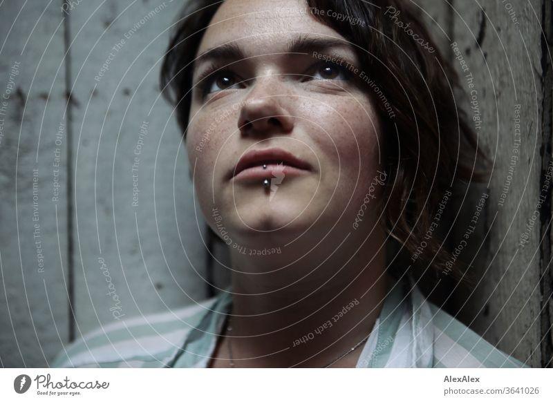Portrait einer jungen Frau vor einer Bretterwand sommersprossig GLück Freude Streifenmuster Bluse Model Gefühle emotional Sinnlichkeit aussergewöhnlich