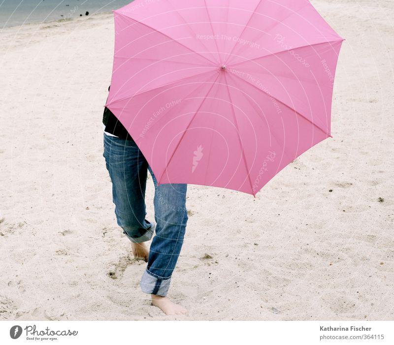 Happy Sommeranfang ..... 1 Mensch Urelemente Erde Sand Wetter schlechtes Wetter Wind blau braun grau rosa schwarz Regenschirm Sonnenschirm Beine Jeanshose