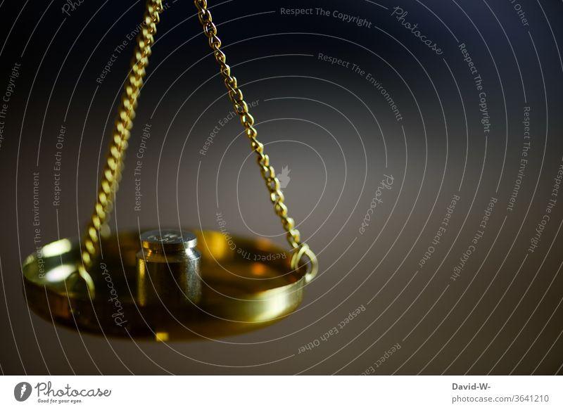 mit einer Waage das genaue Gewicht ermitteln Zeit Geld Konzept Gleichgewicht Gerechtigkeit Ehrlichkeit Justiz u. Gerichte Justitia Detailaufnahme