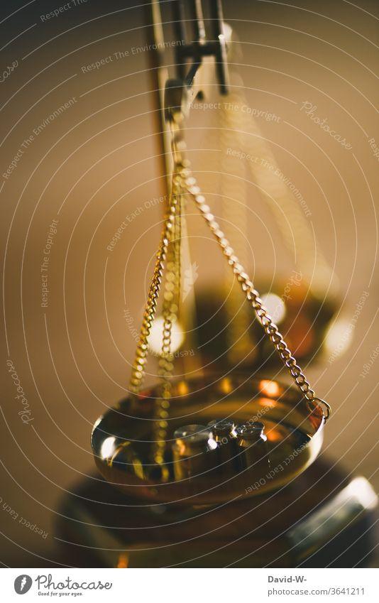 Waage aus Messing mit Gewichten pendelt, bis sie das Ergebnis anzeigt Zeit Geld Konzept Gleichgewicht Gerechtigkeit Ehrlichkeit Justiz u. Gerichte Justitia