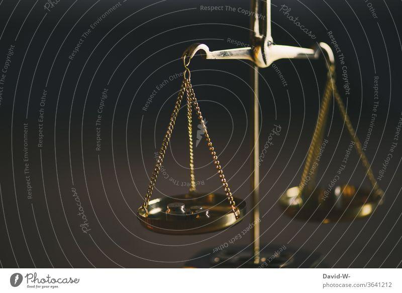 Waage - vergleich zweier Seiten Zeit Geld Konzept Gleichgewicht Gewicht Gerechtigkeit Ehrlichkeit Justiz u. Gerichte Justitia Detailaufnahme