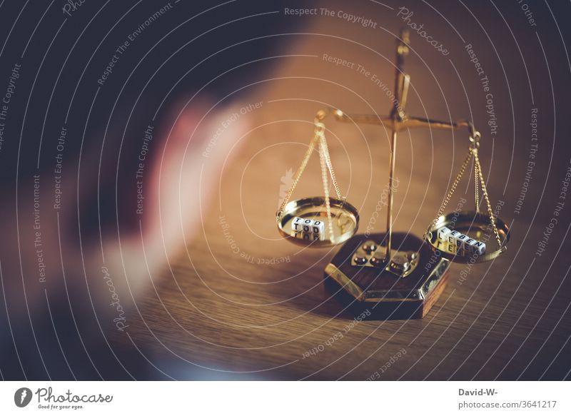 in waage - Tod und Leben / Todesstrafe Waage Zeit Konzept Gleichgewicht Gewicht Gerechtigkeit Ehrlichkeit Schicksal Zukunft Justiz u. Gerichte Justitia