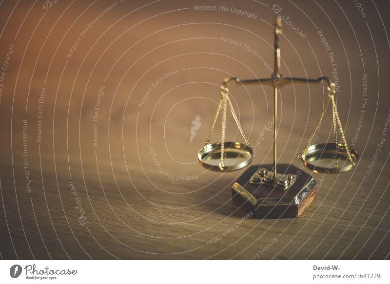 Waage - Konzept | im Gleichgewicht Zeit Geld Gewicht Gerechtigkeit Ehrlichkeit Justiz u. Gerichte Justitia Detailaufnahme Gesetze und Verordnungen Justizgewalt