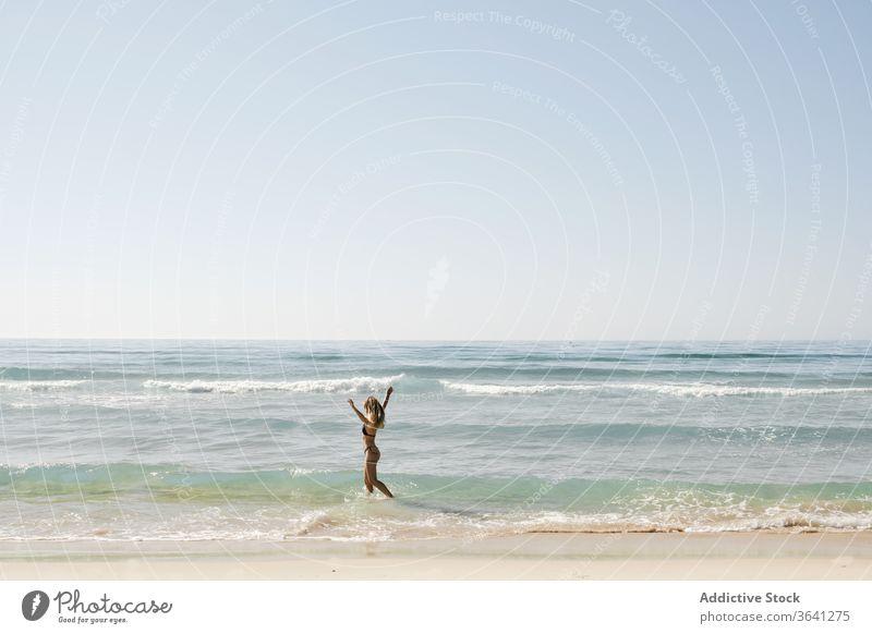 Zufriedene Frau im Sommer auf See Bikini Wasser Meeresufer heiter Feiertag genießen Urlaub Tourist MEER Badeanzug Spaziergang Freiheit Natur Seeküste