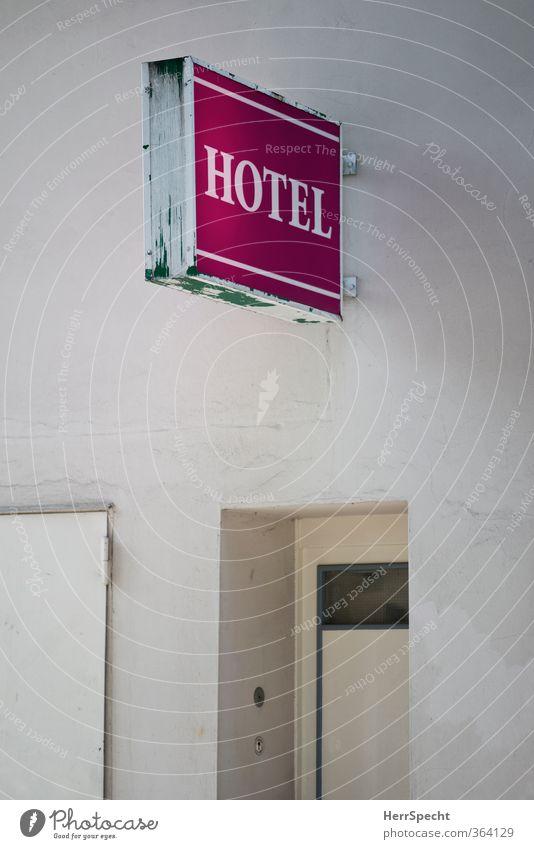 HOTEL Berlin Stadt Haus Bauwerk Gebäude Mauer Wand Tür Schriftzeichen Schilder & Markierungen alt trist rosa weiß Eingang Eingangstür Hotel Leuchtreklame