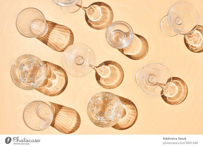 Verschiedene Glaswaren auf orangem Tisch sortiert Flasche glänzend reif Traube Frucht Zusammensetzung frisch organisch Getränk Ordnung natürlich lecker Vitamin