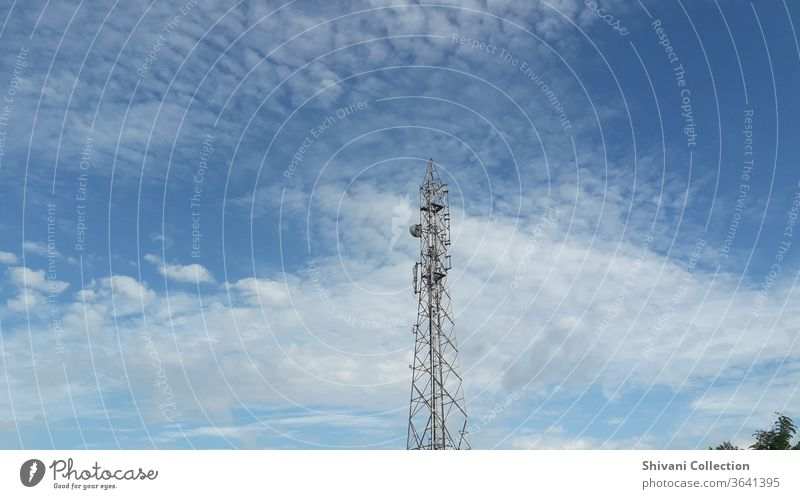 Fernmeldeturm auf blauem Himmel und weißen flauschigen Wolken abstrakter Hintergrund. Kopieren Raum Natur- und Umweltkonzepte. Antenne Sendemast Rundfunksendung