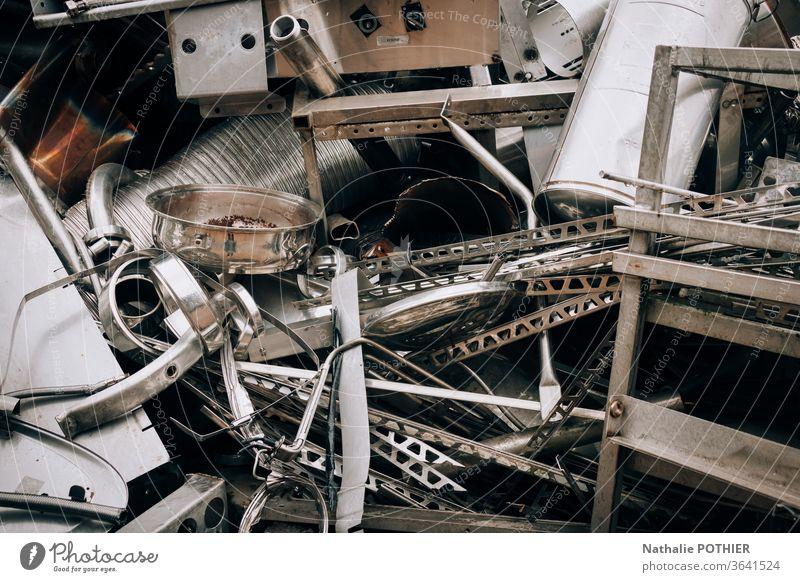 Alte Metallgegenstände auf der Halde des Schrottplatzes alt Müllhalde Deponie Abfall Weißblech Außenaufnahme Umweltverschmutzung Recycling Müllentsorgung