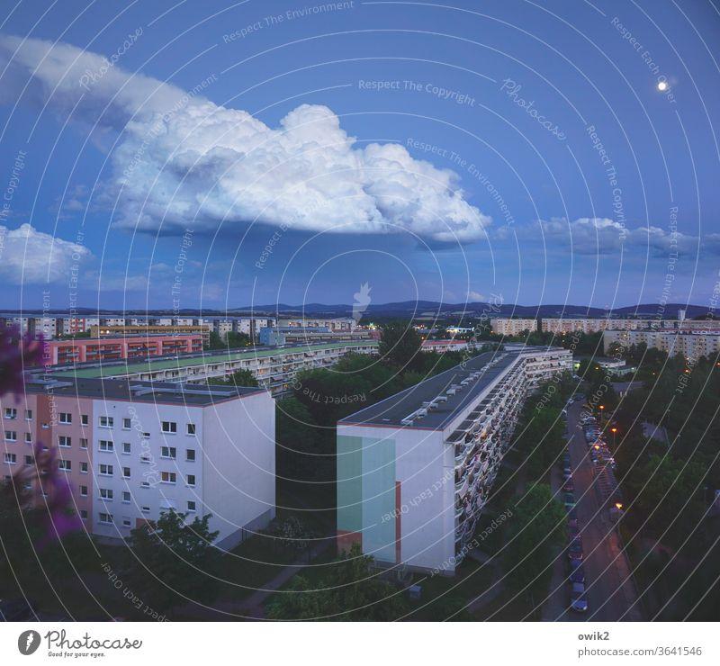Mondschaf Wohnblöcke Plattenbau DDR Architektur Haus Gebäude Stadt Beton trist Hochhaus Balkon Fassade Neubau Häusliches Leben Menschenleer Außenaufnahme Wolken