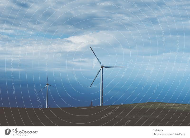 Windturbine auf dem Feld, getöntes Foto. Windkraft-Energiekonzept Erzeuger Turbine Industrie Elektrizität alternativ Landschaft Kraft Sauberkeit Natur