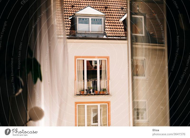 Blick aus dem Fenster auf das Haus der Nachbarn gegenüber. Nachbarschaft Stadt beobachten offen Tag sonnig Gebäude Fassade Wohnung Menschenleer Vorhang lüften