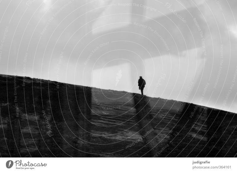 Grenzgang Mensch Einsamkeit Landschaft dunkel kalt Leben Traurigkeit Wege & Pfade außergewöhnlich Stimmung laufen Trauer Suche Norwegen