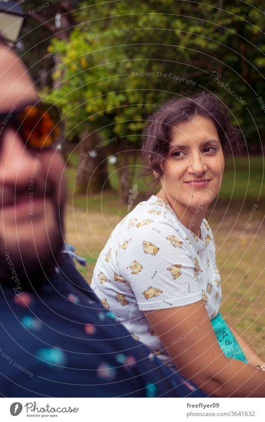 Porträt einer Frau, die zu ihrem Mann schaut, der in die Kamera lächelt Paar Blick Liebhaber schön romantisch Familie liebevoll Hintergrund Liebe jung Mädchen