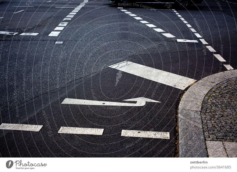 Kreuzung mit Fahrbahnmarkierungen abbiegen asphalt autobahn ecke fahrbahnmarkierung fahrrad fahrradweg hinweis kante kurve linie links navi navigation