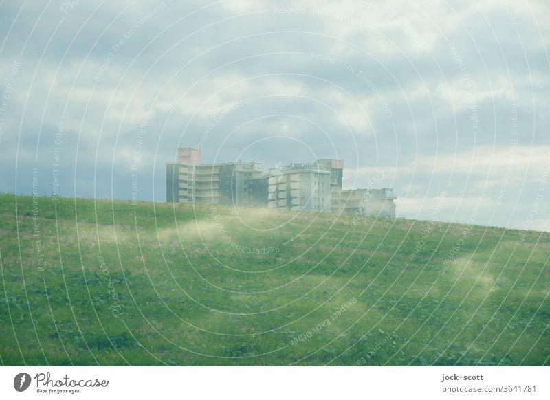 Stadtrandsiedlung und die Wolken Doppelbelichtung Hügel Wohnhochhaus Himmel Illusion Silhouette Experiment Reaktionen u. Effekte Surrealismus Stimmung Phantasie