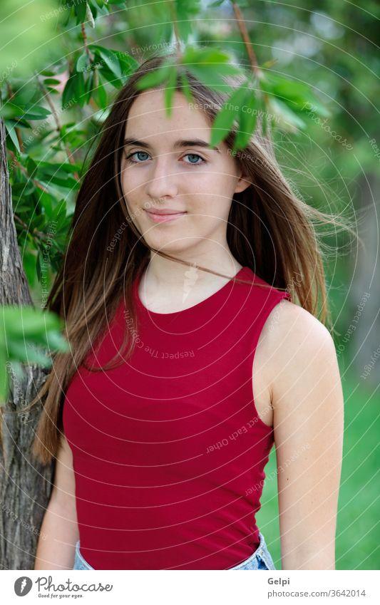Süßer Teenager in einem Park Mädchen Behaarung Natur Deckung Gesicht jung Frau besinnlich außerhalb schön Porträt Menschen attraktiv Mode Schönheit Model