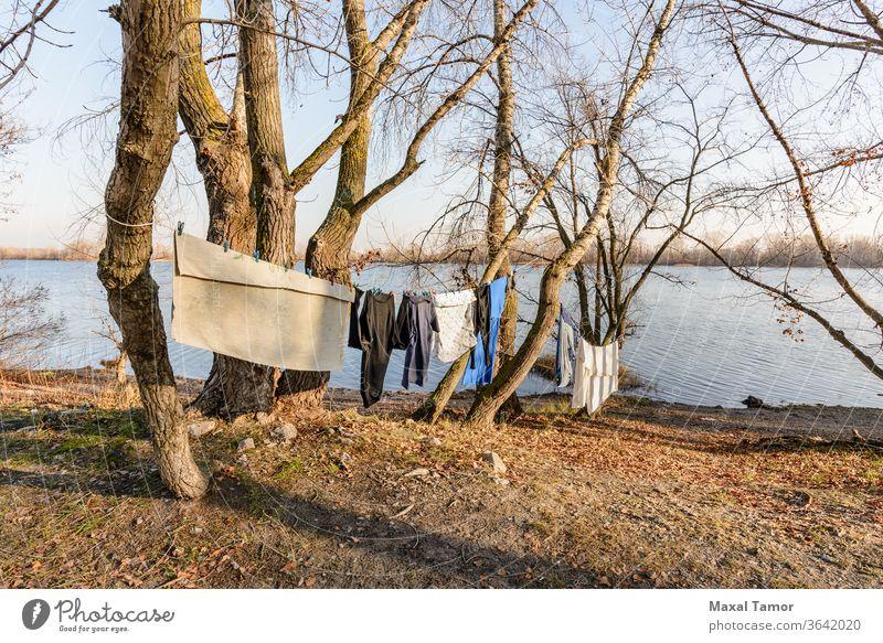 Wäschetrocknung auf einem Draht, unter der milden Wintersonne, in der Nähe des Flusses Dnjepr Dnjepr Fluss Kiew kyiv Obolon Ukraine Nachmittag Kleidung