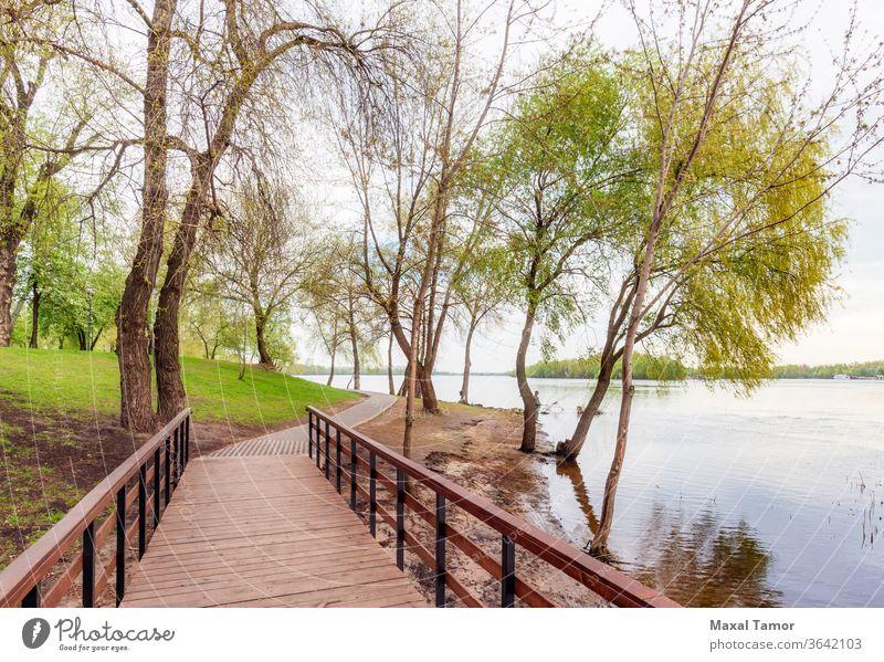 Fußgängerbrücke im Natalka-Park in Kiew Dnjepr Europa Ukraine Architektur Promenade Brücke Großstadt Stadtbild Konstruktion Tag Steg Fußweg See Wahrzeichen