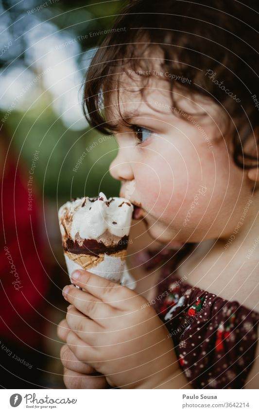 Kinder essen Eiscreme Speiseeis Sommer Sommerurlaub gelato Sahne Lebensmittel Molkerei kalt Dessert süß Italienisch selbstgemacht Vanille natürlich Gesundheit