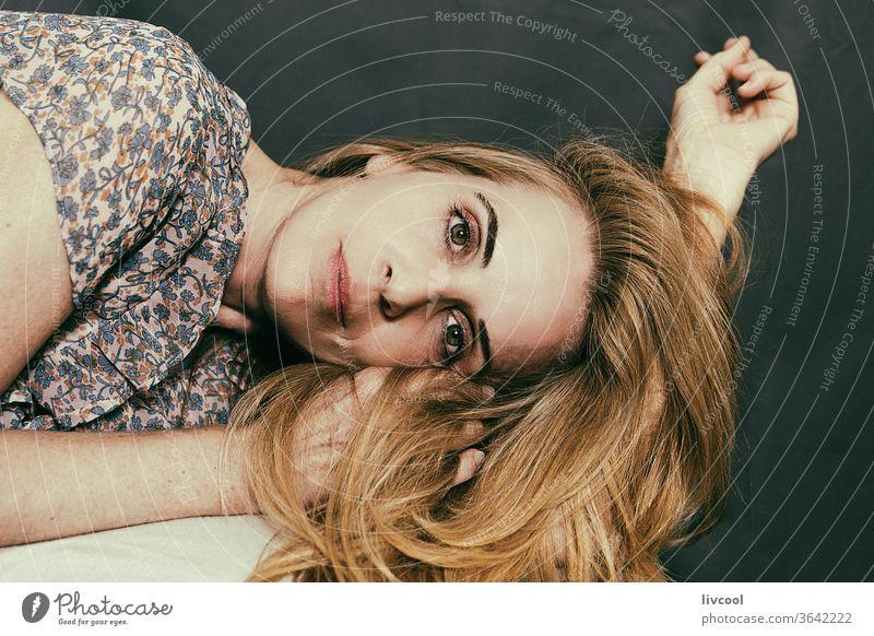 reife Frau, die auf der Seite auf ihrem Arm liegt Porträt Erwachsener Schönheit Lügen Arme Behaarung gestikulierend romantische Haltung schön Gesicht Hände