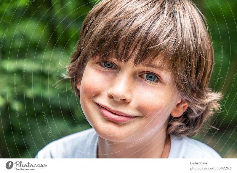 hab ich jetzt genug gelächelt? fröhlich Fröhlichkeit Nahaufnahme Sonnenlicht Gesicht Glück Kind Junge Porträt Licht Detailaufnahme Vertrauen Farbfoto Tag Sohn