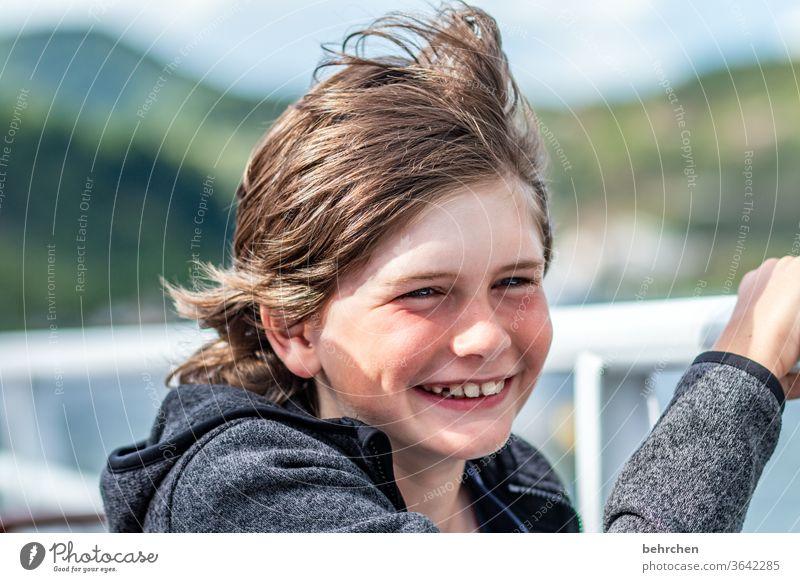 aufgeblasen | steife brise aufm schiff Außenaufnahme windig Zufriedenheit glücklich fröhlich Glück Fröhlichkeit lachen Sohn Sonnenlicht Porträt Kontrast Licht