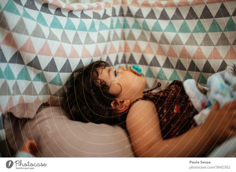 Kind mit Schnuller im Gitterbett Bett Schlafzimmer Babybett Kleinkind heimwärts schlafen Erholung bequem Lächeln Kindheit Liebe Sohn Mutterschaft Eltern Pflege