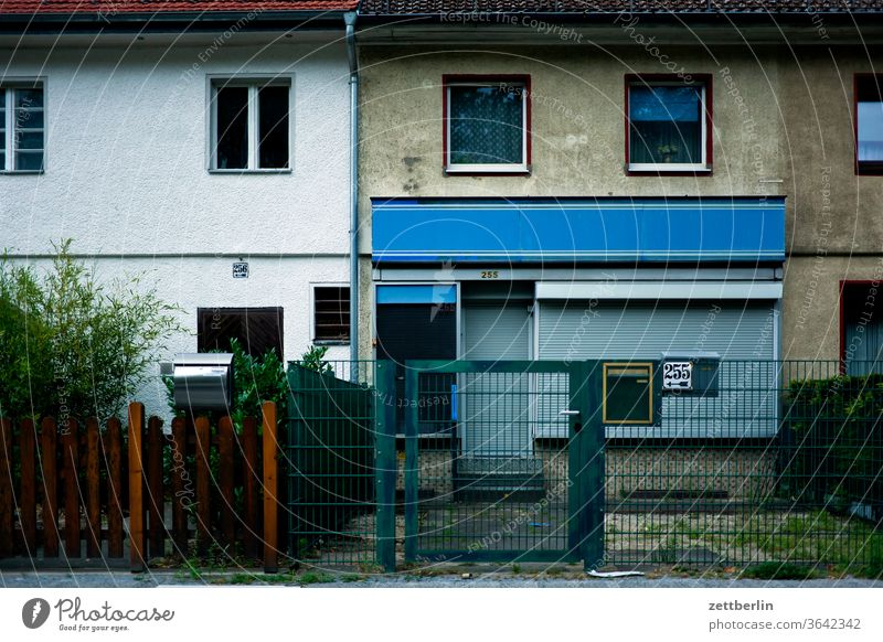 Reihenhaus, Eingangstür Nr. 255 wohnen wohnhaus reihenhaus fassade fenster front fensterfront wohngebiet laden rolladen jalousie zu geschlossen zaun