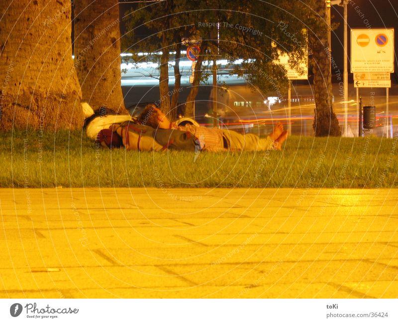 backpacker by night Mann Wiese schlafen Italien Apulien reisend Provinz Brindisi