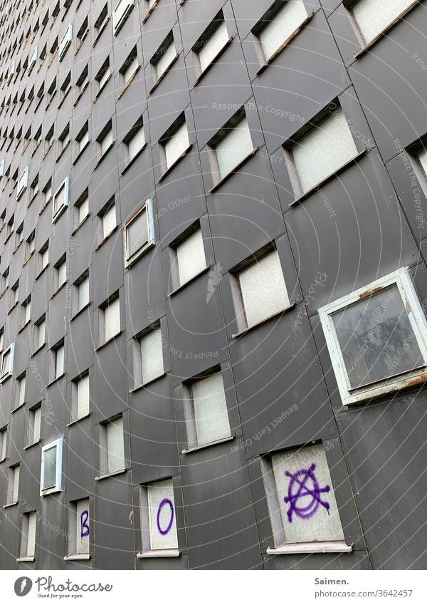 Viele viele Fenster Gebäude Hichhaus Graffiti Haus Fassade Außenaufnahme Menschenleer Farbfoto Stadt Wand Architektur Bauwerk Stadtzentrum Altbau Verfall