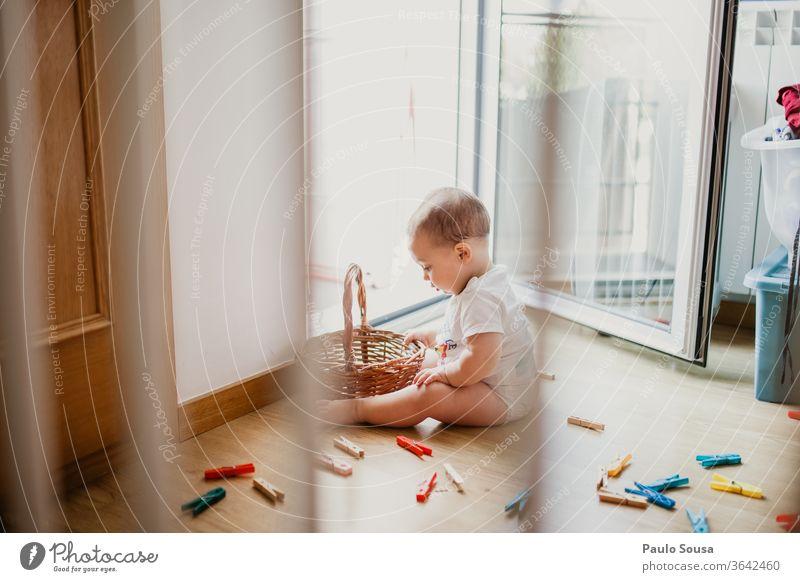 Zu Hause spielendes Kind zu Hause Baby Säuglingsalter Kinderspiel Lifestyle Leben unschuldig Unschuld Innenaufnahme reizvoll Spielen süß Freude klein