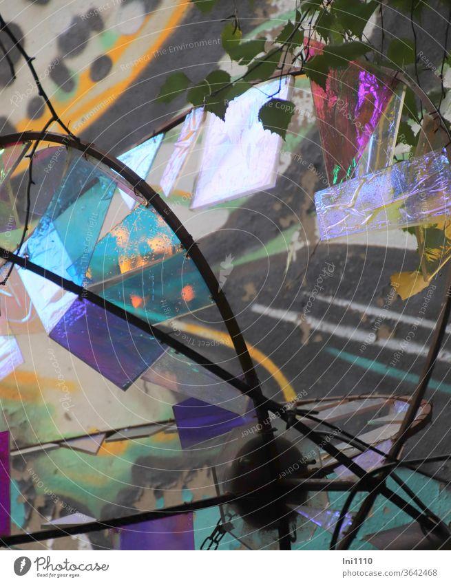 Objekt aus kleinen Glasstücken bunt bemalt oder beklebt Teilansicht   UT Hamburg Windharfe Mosaik Glasscheibe im Baum Farbe Folie Lichtspiel eingefasst