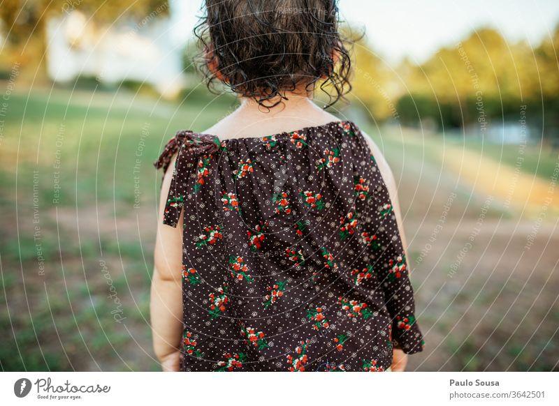 Rückansicht Kind Kaukasier 1-3 Jahre Kleinkind Mensch Kindheit 3-8 Jahre Tag Außenaufnahme Mädchen Spielen Freude Sommer Farbfoto Kindergarten