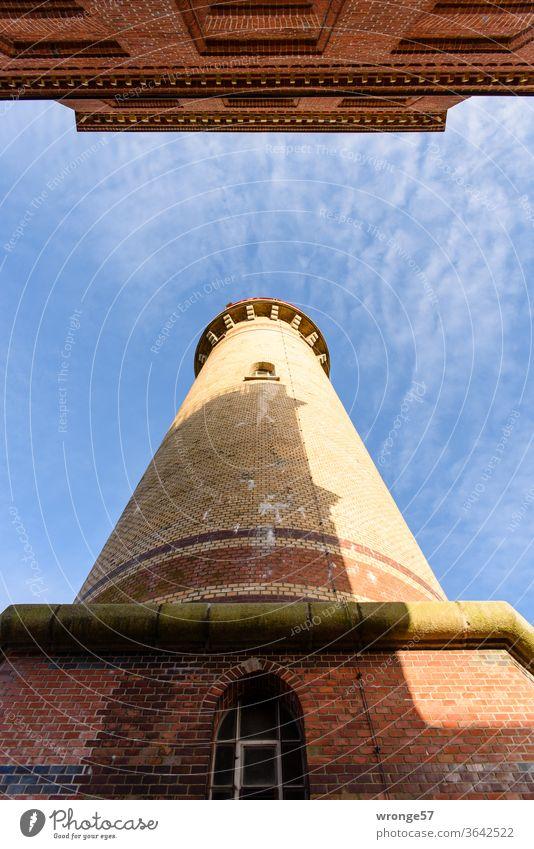 Ankunft | Blick zwischen den beiden Leuchttürmen am Kap Arkona nach oben in den blauen leichtbewölkten Himmel, der Kleinere von beiden wirft seinen Schatten auf den größeren Turm