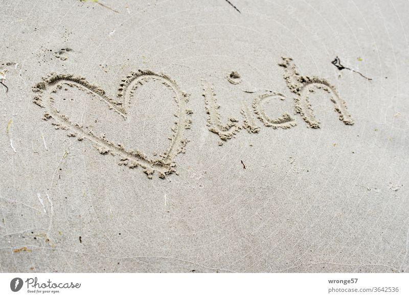 Herzlich,  Herz und Schrift in den nassen Ostseestrand geschrieben herzlich Sand Strand Sandstrand Liebe Meer Außenaufnahme Farbfoto Küste Tag Sommer
