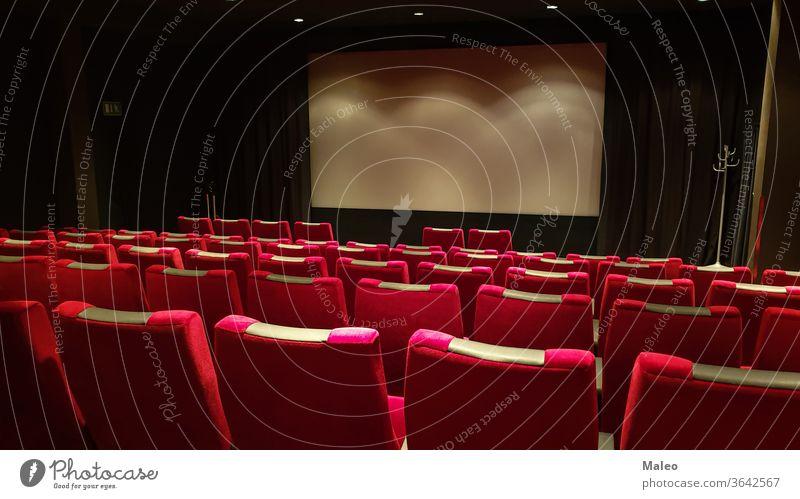Leerer Kinosaal, Kinoleinwand und rote Sitzreihe Theater Filmmaterial Aula leer Reihe Bildschirm Publikum Saal Stuhl Innenbereich zeigen im Innenbereich niemand