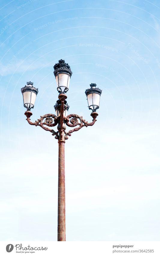 alte Straßenlampe Himmel Blauer Himmel blau Wolkenloser Himmel Menschenleer Außenaufnahme Farbfoto Tag Textfreiraum oben Schönes Wetter Sommer Froschperspektive