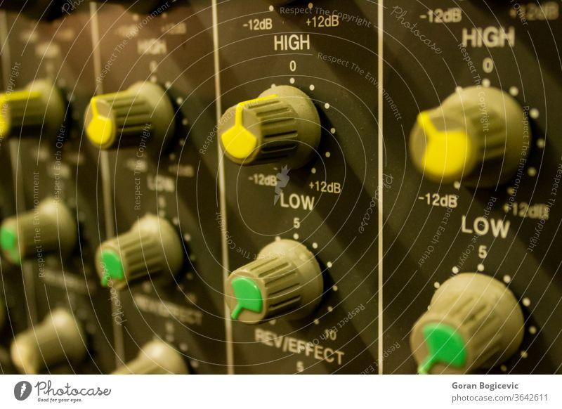 Audiomischer vom Musikstudio Gerät Technik & Technologie Klang Mischen Atelier Knauf Konsole Kontrolle Bearbeitung Nahaufnahme Lautstärke Verstärker Musiker