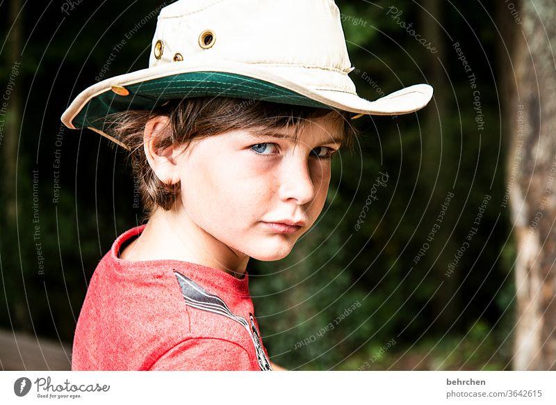 yee-haw ernst Kopf Sonnenlicht intensiv Porträt Kontrast Licht Tag Gesicht Auge Kindheit Nase Mund Lippen Familie & Verwandtschaft Junge Nahaufnahme aufmerksam