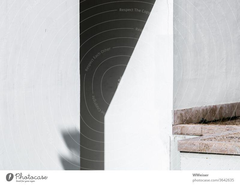 Sonne und Schatten an einer Hauswand Licht Hasu Gebäude Wand Mittagslicht Fensterbrett Stein Platte Ecken geometrisch weiß verputzt sonnig Mauer Tag Fassade