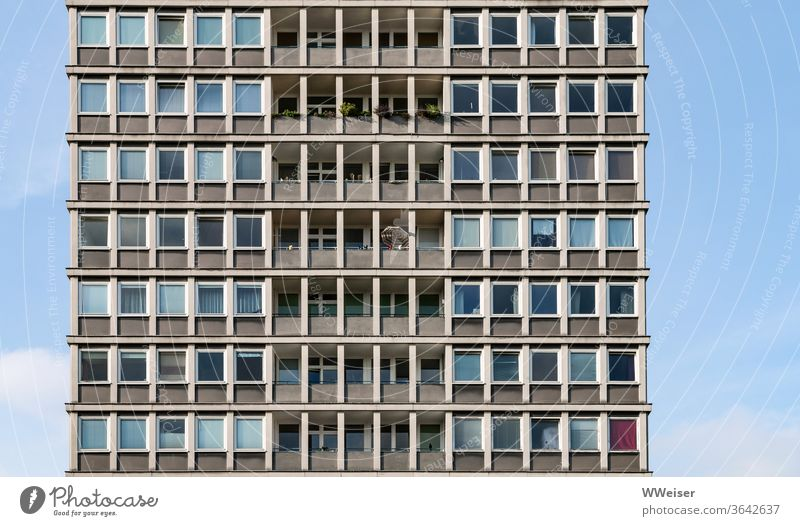Wohnen im Hansaviertel Hochhaus Fassade Fenster Balkone Himmel Sonnenschirm Balkonien Architektur Gebäude Großstadt Interbau Punkthaus modern