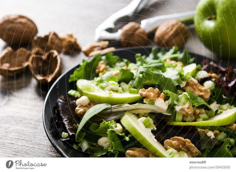 Frischer Waldorfsalat auf Holztisch. Raum kopieren Amerikaner Apfel Herbst Sellerie Käse lecker Diät Diner Lebensmittel frisch Frucht grün Gesundheit Salat