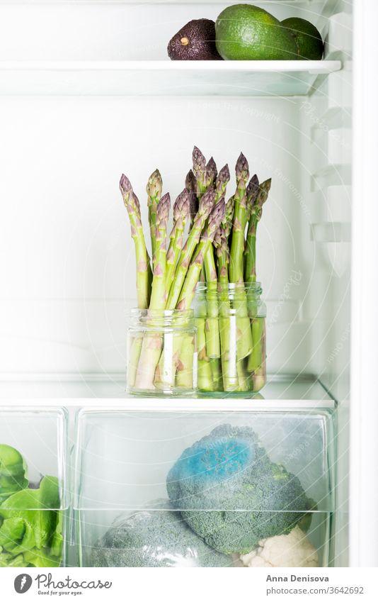 Schmackhafter, süßer und zarter britischer Spargel im Kühlschrank frisch grün weiß roh natürlich Briten Saison Avocado Salatbeilage Entzug Diät Haufen