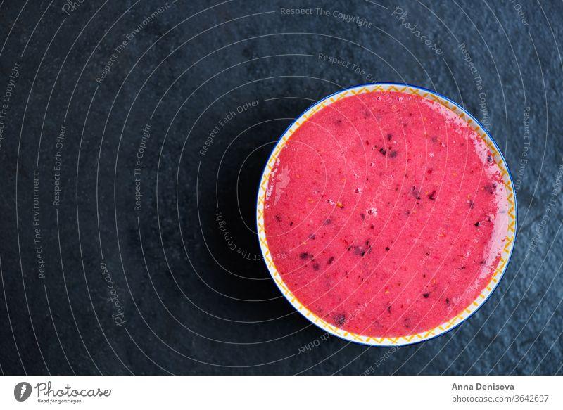 Frühstücks-Entgiftung Pinker Smoothie aus Banane und Waldbeeren in Schalen & Schüsseln Lebensmittel Gesundheit Beeren Chia Brombeeren schwarze Johannisbeere