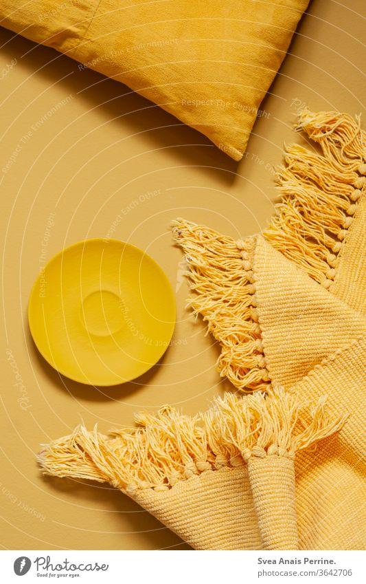 Gelb,Gelb,Gelb gelb Farbe Flat lay mood Teller Kissen Stoff Studioaufnahme Kontrast wohnen Design Kunst