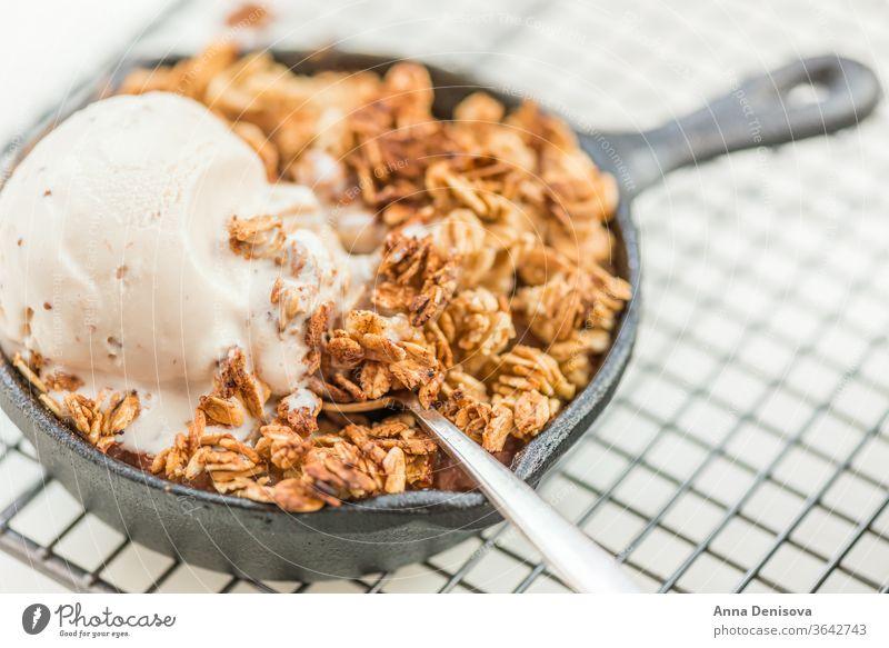 Hausgemachte gekochte Rhabarber- und Apfelstreusel mit Haferflocken und Vanille bröckeln Beeren Gesundheit Frucht Kuchen Speiseeis Schuster Lebensmittel