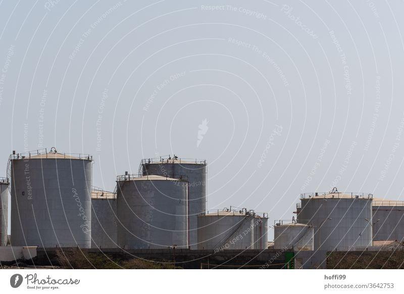 Tank an Tank im Hafen Öltank Erdöl Gastank Diesel Benzin Brennstoff Gasometer Energiewirtschaft Industrie Vorrat Lager industriell Hafenanlage