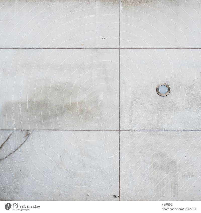 segmentierte Fassade mit Riss und eingelassenem Scheinwerfer Betonwand Strahler Lampe minimalistisch Minimalismus Strukturen & Formen Wand abstrakt Bauwerk